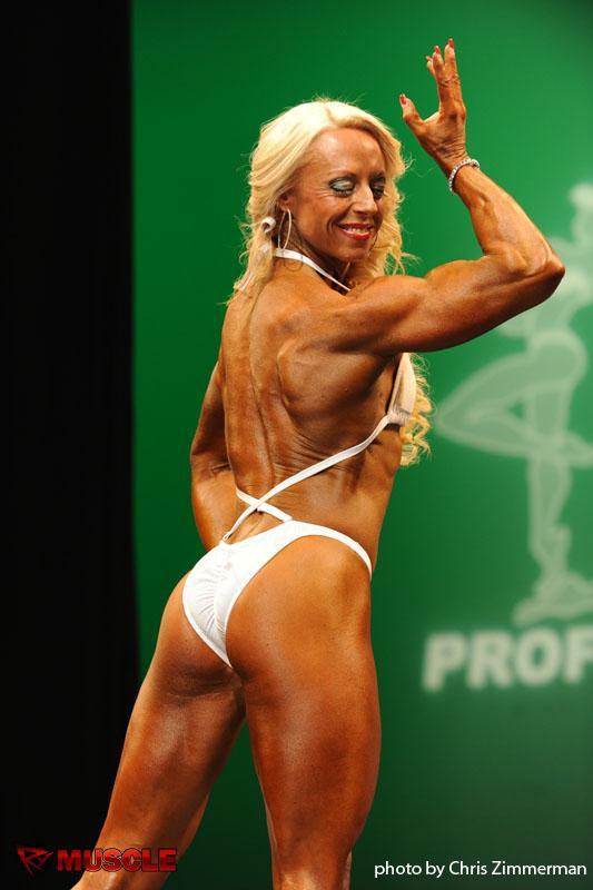 Pro bodybuilder nathalie falk in the gym - 4 6